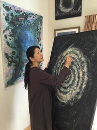 アートはスピリチュアルなテクノロジーであると捉えています。作品を通して癒しのエネルギーをお届けすること、明日への活力となる作品を生み出すヒーリングアーティストやインストラクターを育てて行きたいと思います。
