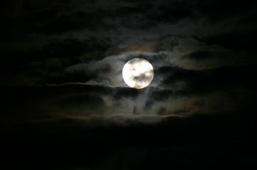 147500_moon-883553_640