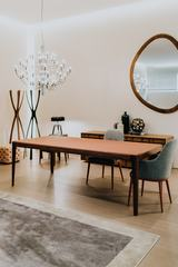 370006_kaboompics_luxury dinning room interior, table, chairs, mirror, chandelier