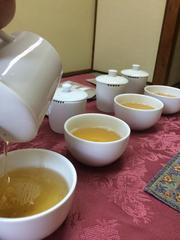 70585_紅茶注ぐ